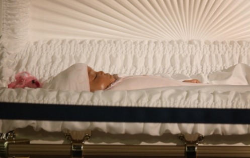 Jonylah Emani Watkins lying in her coffin.  She was only six months old (Courtesy: Scott Olson/Getty Images)