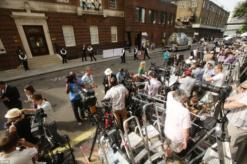 Yes, it is a zoo out there in front of the Lindo Wing of St. Mary's Hospital , and I think that is one reason why the live link failed; the press, literally, is too much (Courtesy: Daily Mail)